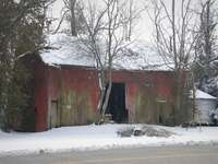 кафява дървена къща близо до голи дървета през деня