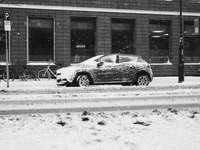 снимка в сивата скала на кола, паркирана на улицата
