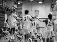 Foto en escala de grises de jugadores de baloncesto en la cancha