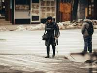 жена в черно сако и черен панталон