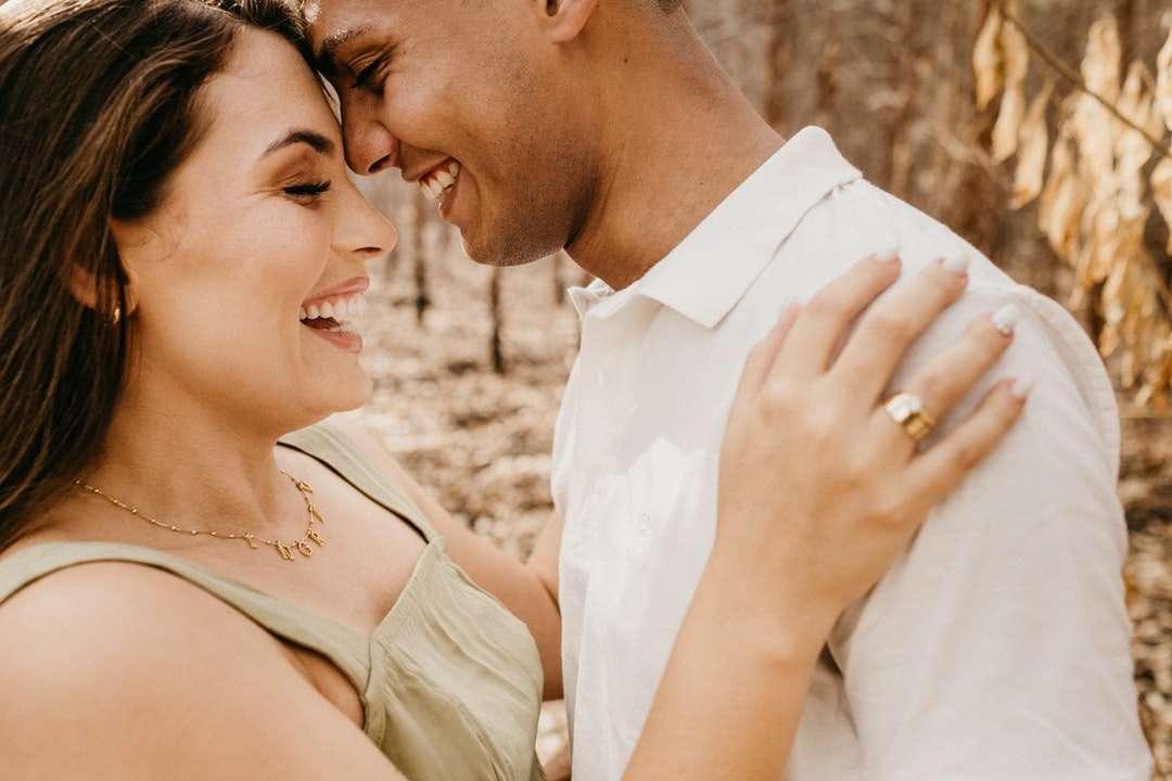 uomo in camicia bianca che bacia donna