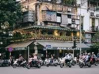 хора, каращи мотоциклет по пътя близо до сградата