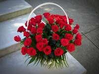букет от червени рози в кошницата
