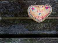 бяло и червено кръпка във формата на сърце