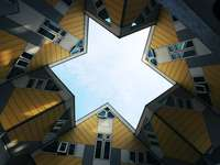 nízký úhel fotografie hnědé a bílé betonové budovy