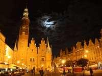 La luna sobre la iglesia