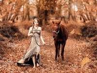 nő az erdőben a lovával