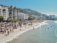хора на плажа през деня