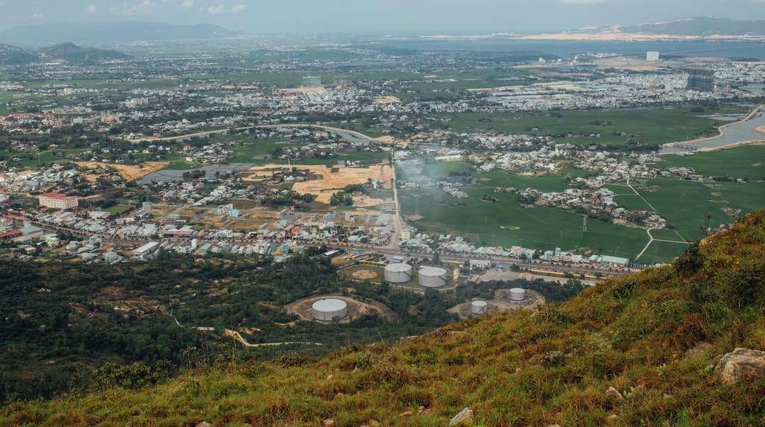 vista aerea di edifici della città e campo di erba verde - vista aerea di edifici della città e campo di erba verde durante il giorno (3×2)