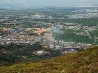 vista aerea di edifici della città e campo di erba verde