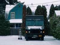 zöld és barna furgon barna ház előtt