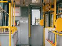 gelbe und weiße Zugtür