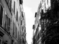 снимка в сива скала на бетонни сгради
