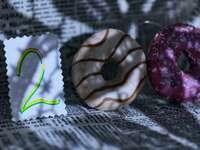 καφέ και λευκό ντόνατ σε λευκό κλωστοϋφαντουργικό προϊόν