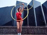 mujer en traje rojo sosteniendo aros de hula