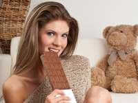 fată cu ciocolată și un ursuleț de pluș