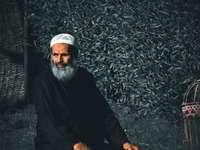 férfi fekete pulóver és fehér kötött sapka