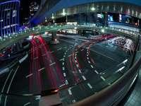 auto su strada durante la notte