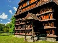 Дървен църковен страничен вход в Словакия