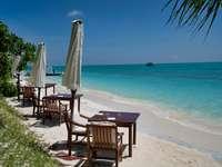 кафяви дървени столове на плажа през деня
