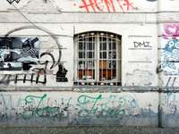 zwarte motorfiets geparkeerd naast witte muur