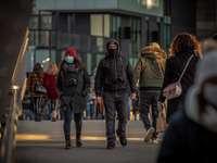 människor som går på gatan under dagtid