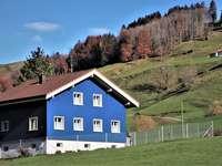 голяма синя къща в планината