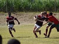 Gruppe von Männern, die Fußball auf grünem Rasen spielen