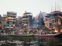emberek lovaglás csónak a folyón épületek közelében nappali