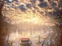 opuštěná lodička na kraji jezera
