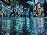 lidí, kteří jdou na ulici v noci