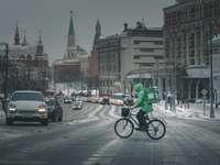 férfi zöld kabát lovaglás kerékpár úton napközben