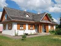 una cabaña con persianas