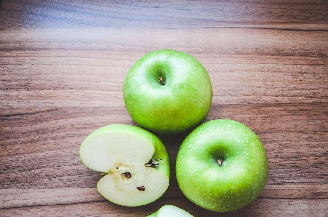3 groene appels op bruine houten tafel - Koken is mijn uitstel geworden tijdens COVID-19 lockdown. Ik begon klein en experimenteerde toen steeds meer. Ik heb uiteindelijk een website gemaakt met mijn recepten: https://foodxdiaries.blogspot.c (15×10)