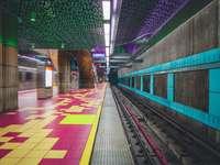 ferrovias em uma fotografia de close-up de uma estação de trem