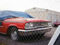 червен и сребърен автомобил chevrolet