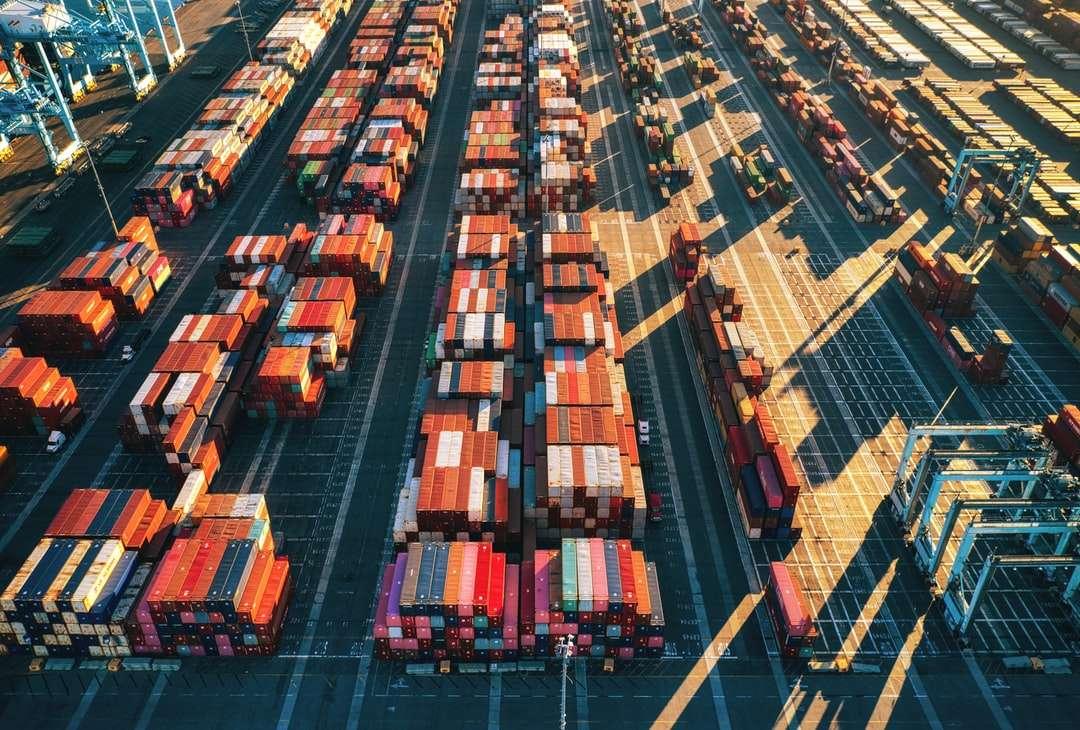Luftaufnahme von Stadtgebäuden während des Tages - Versandcontainer in einem Hafen. San Pedro, Los Angeles, Kalifornien, USA (4×3)