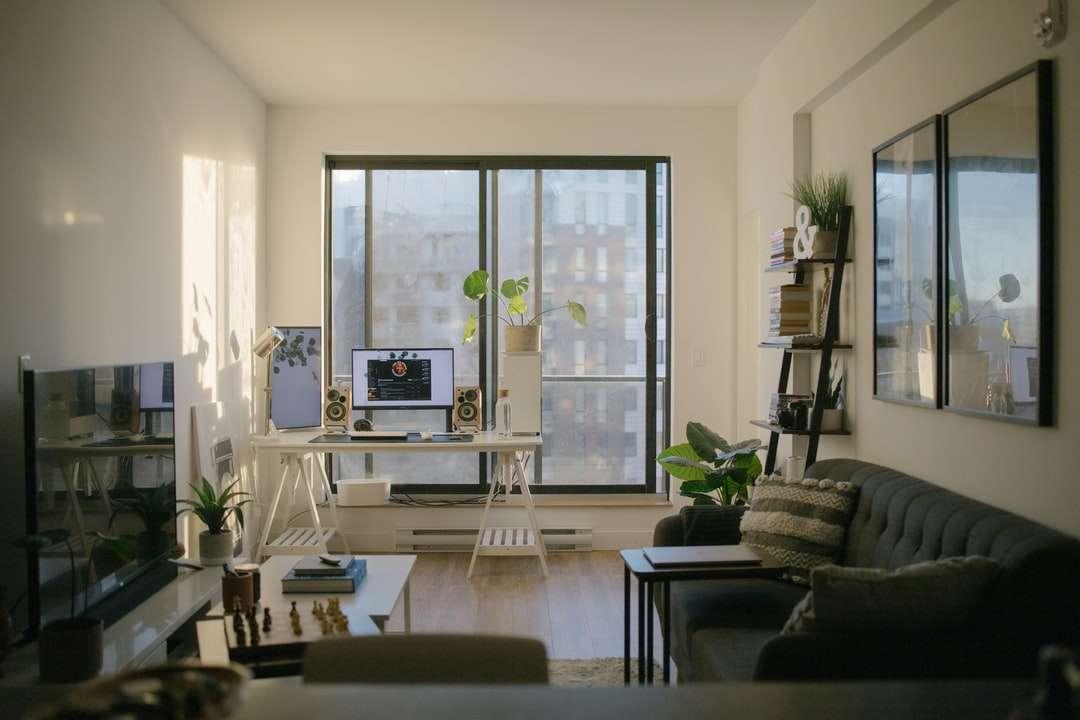 черен кожен диван близо до стъклен прозорец - Настояща жилищна площ + офис. Монреал, Квебек, Канада (13×9)