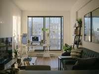 canapea din piele neagră lângă fereastră de sticlă