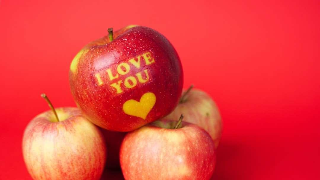 rode en gele appels op roze oppervlak - Valentijnsdag thema-appel met I Love You-bericht en een hartsymbool bedekt met waterdruppels en geplaatst op een rode achtergrond (14×8)