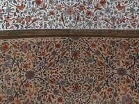 кафяв и бял флорален текстил