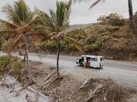 бял и черен камион върху сив пясък през деня