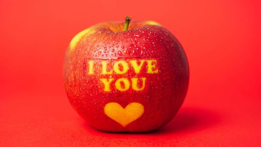 rood en wit i love you gedrukte appel - Valentijnsdag thema-appel met I Love You-bericht en een hartsymbool bedekt met waterdruppels en geplaatst op een rode achtergrond  (17×10)