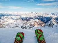 személy rózsaszín és zöld hó cipő