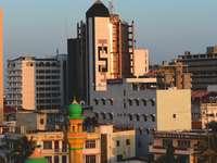 edificio in cemento marrone durante il giorno