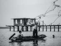 ve stupních šedi fotografie muže v člunu