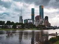 градски силует под облачно небе през деня