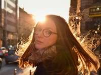 жена в очила в черни рамки