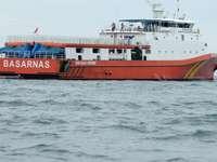 czerwony i biały statek na morzu w ciągu dnia