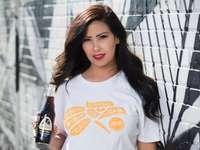 nő fehér és narancssárga nyakú póló gazdaság üveg